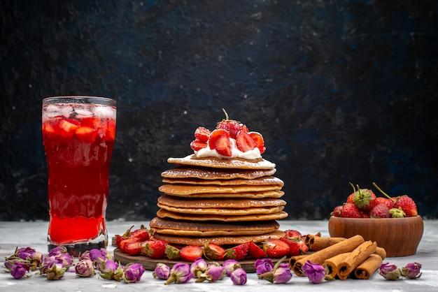 Вкусные круглые блинчики со свежей красной клубникой, корицей и клубничным коктейльным пирогом, вид спереди