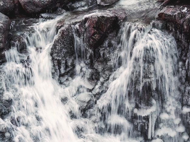 Замерзший водопад со льдом. зимний фон. закройте вверх.