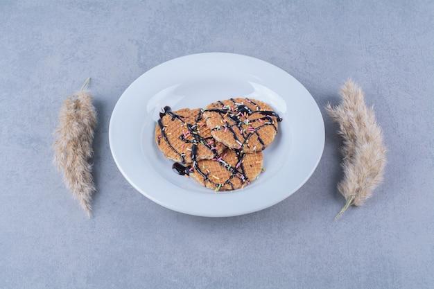 Сковорода круглая румяная вафля с посыпкой и сливками.
