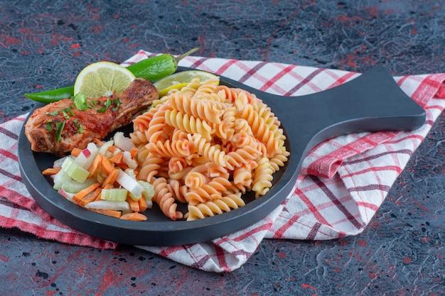 Сковорода из спиральных макарон и мяса куриной ножки