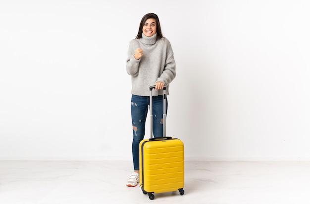 スーツケースを持った旅行者の女性の全身