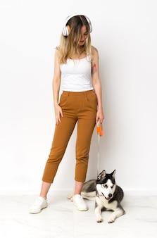 Полная длина молодая красивая женщина со своей собакой