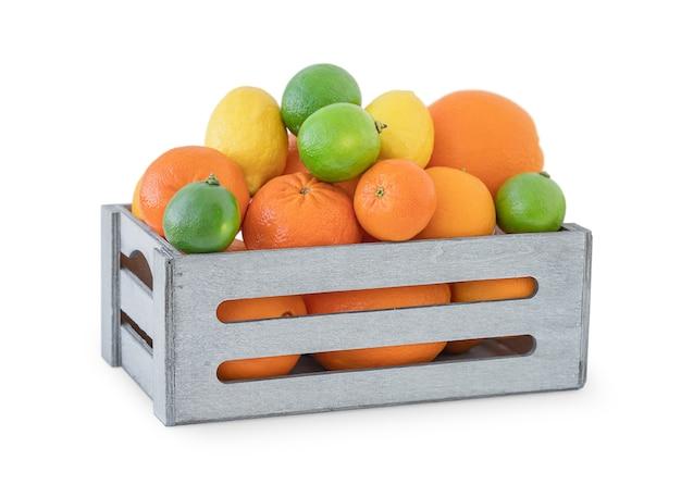 白い背景で隔離の柑橘系の果物の完全な木製の箱