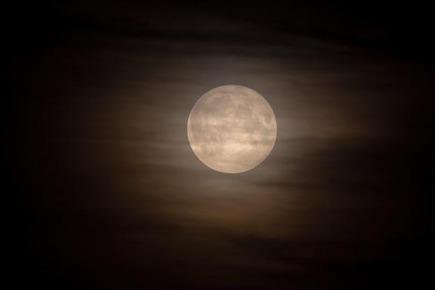 구름에 보름달. 천문학.