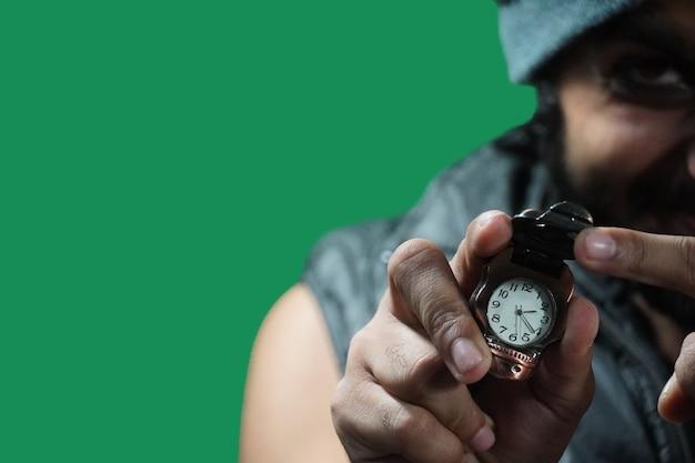 時計を見せて時間を告げる変な男が重要です
