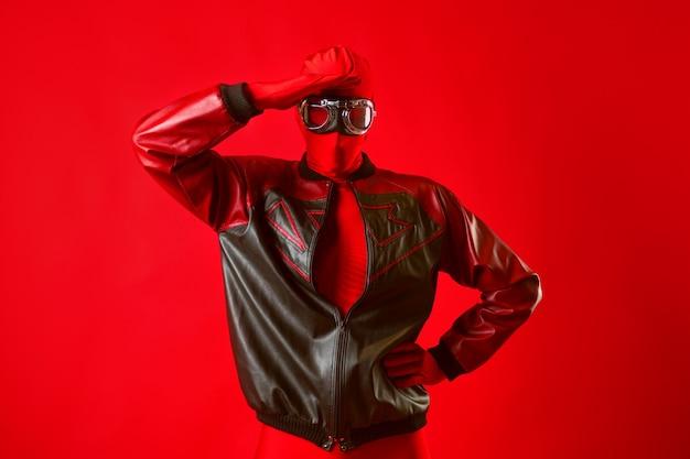 Забавный супергерой в красном купальнике и защитных очках