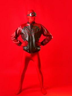 赤いレオタードと保護メガネの面白いスーパーヒーロー