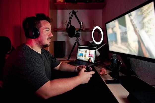 マイクとカメラを使ってライブでストリーミングしているゲーマー