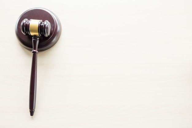 Молоток на деревянном коричневом столе, закон, концепция юриста и правосудия