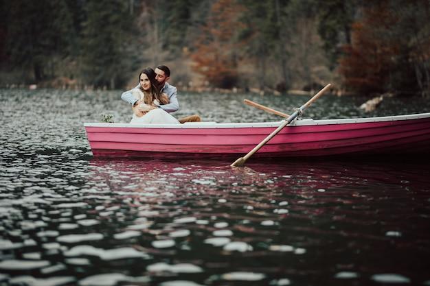 ボートの中で環境を抱きしめ、賞賛する優しいカップル。