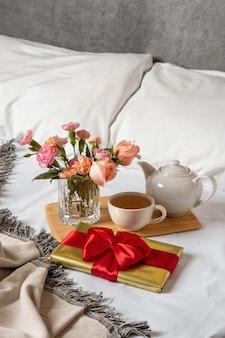 Подарочная коробка лежит в постели рано утром. контент для молодоженов и влюбленных на день всех влюбленных.