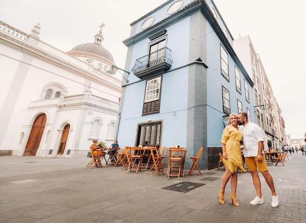 Девушка и мужчина гуляют по старому городу ла-лагуна на острове тенерифе в солнечный день. семейная прогулка по старому городу тенерифе на канарских островах. испания.