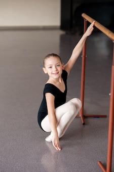 Девушка на уроке балета