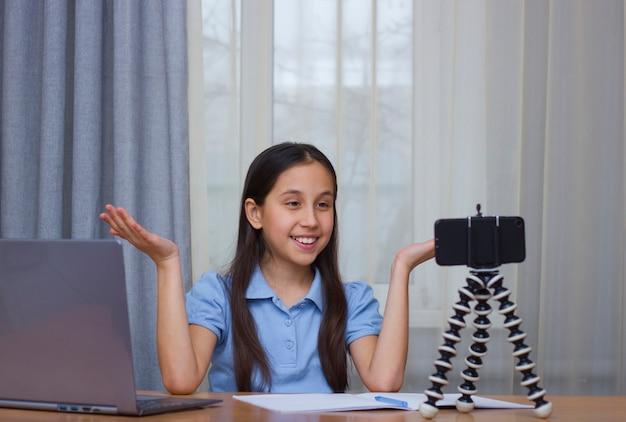 한 소녀가 블로그 통신을 통해 전화 온라인 커뮤니케이션으로 자신의 사진을 찍는다