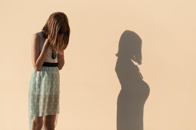 Девочка плачет, узнав о нежелательной беременности.