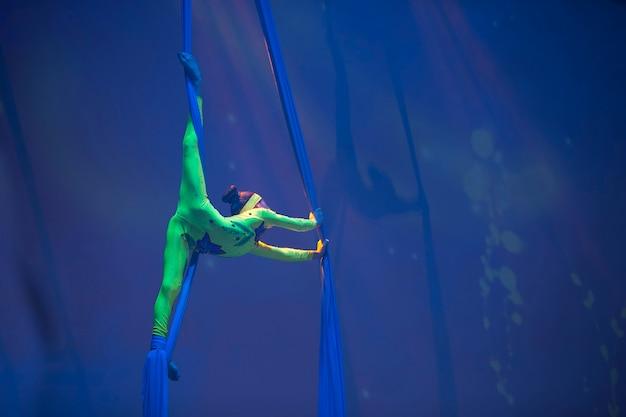 Девушка танцует танец на холстах. детский спорт. гимнастка. прямые трюки