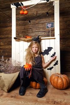 할로윈 장식으로 마녀 옷을 입은 소녀