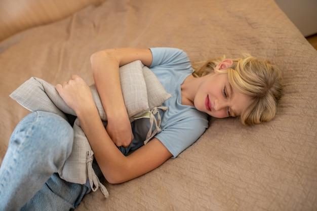 Девушка переживает критические дни и страдает от боли