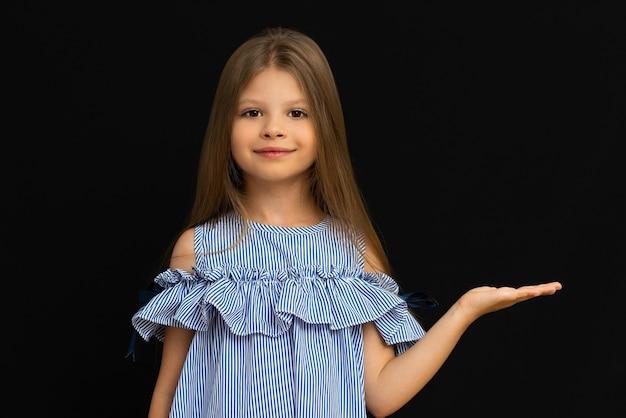 Девушка в синем платье указывает на ваше объявление.