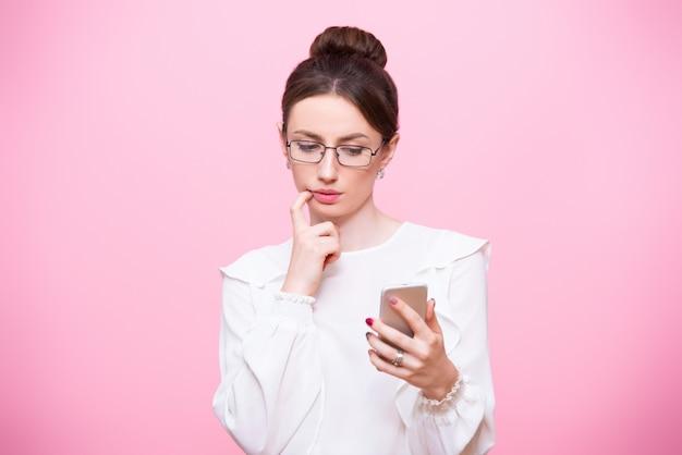 携帯電話を手にしたビジネススーツの女の子