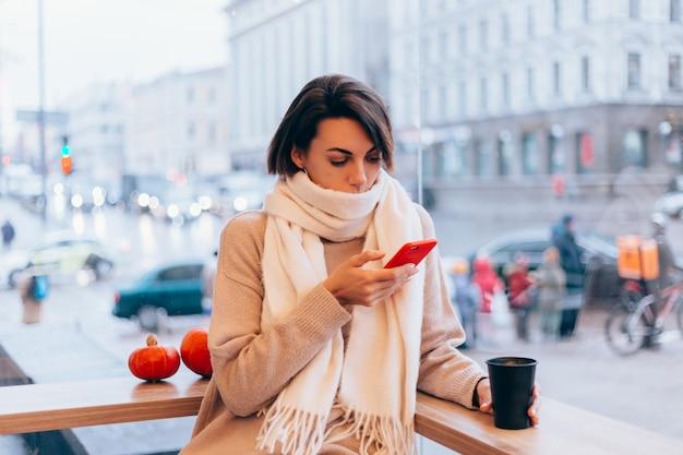 아늑한 카페에서 따뜻한 커피 한잔으로 몸을 따뜻하게하는 소녀