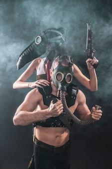 역병 마스크를 쓴 소녀와 방독면을 쓴 남자가 연기를 배경으로 손에 칼을 들고 있다