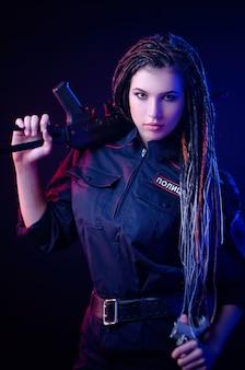 警察のネオンライト英語翻訳でドレッドヘアを持つ警察の制服を着た女の子