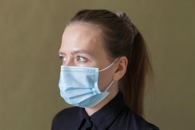コロナウイルスウイルスからの防護マスクの女の子