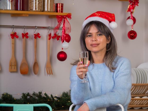 산타 클로스 모자를 쓴 소녀가 새해를 맞이합니다.