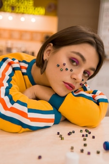 ショッピングセンターの女の子、テーブルに座って、abc、顔に文字、悲しみ