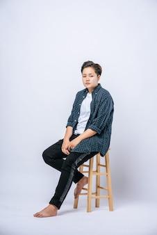 高い椅子に座っている縞模様のシャツの女の子。
