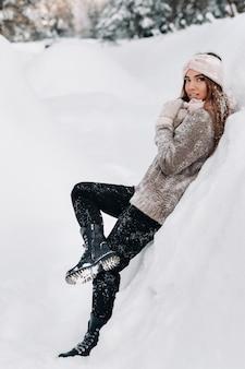 冬のセーターとミトンの女の子
