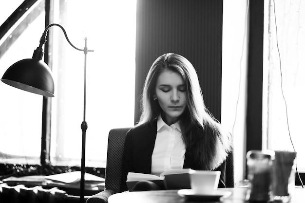 Девушка в винтажном кафе сидит у окна