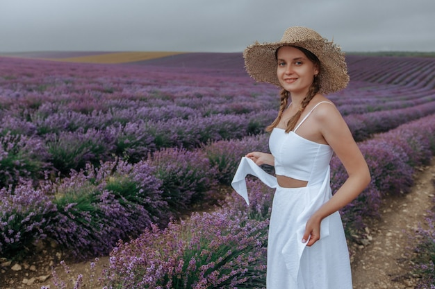白いドレスを着た女の子とラベンダー畑の麦わら帽子