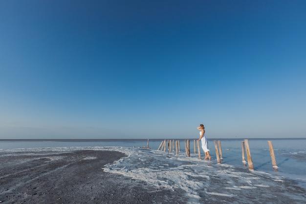 Девушка в белом платье на соленом озере сасык сиваш крым