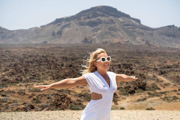 カナリア諸島、テネリフェ島のテイデ火山の火口に白いドレスを着た女の子が立っています。