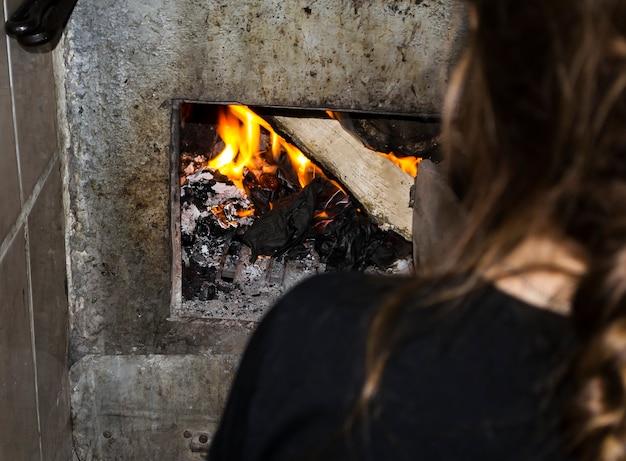 女の子が村のストーブを照らします