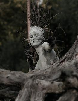 숲속에서 촬영하는 나무처럼 보이는 소녀 크리에이티브 아트