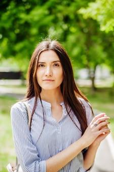 都市公園でアジアの外観の女の子若いタタール人の夏の肖像画
