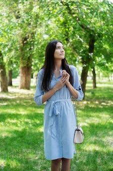 도시 공원에서 산책하는 아시아 외모의 소녀