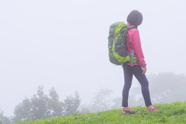 Девушка в походе с большим рюкзаком в лесу doi mae ta man, chiang mai, thailand