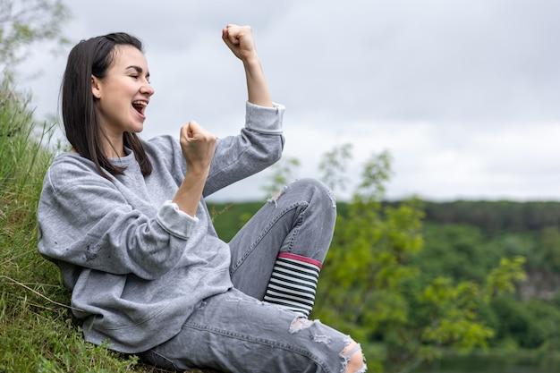 散歩中の女の子が山岳地帯の山に登って喜ぶ
