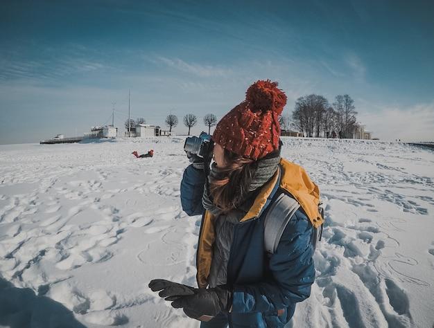 Девушка на замораживании морской снег зимний ледяной пейзаж