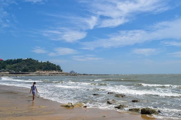 海で水遊びをする女の子