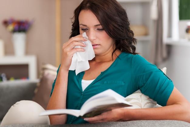 女の子が悲しい本を読む