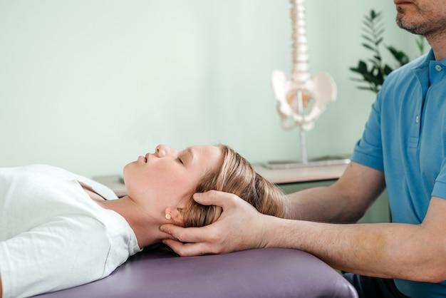 부드러운 실습 기술, 중추 신경계 긴장 완화를 사용하여 이비인후과 의사에게 cst 치료를 받는 소녀