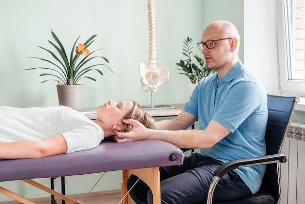 Cst 치료를 받고 있는 소녀. 어린이와 성인을 위한 정골 요법 및 두개천골 요법
