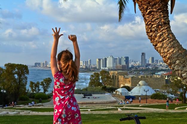 街を背景に立っている女の子テルアビブ2018年7月夏