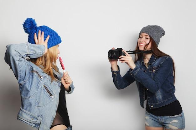 女の子が友達の写真を撮る