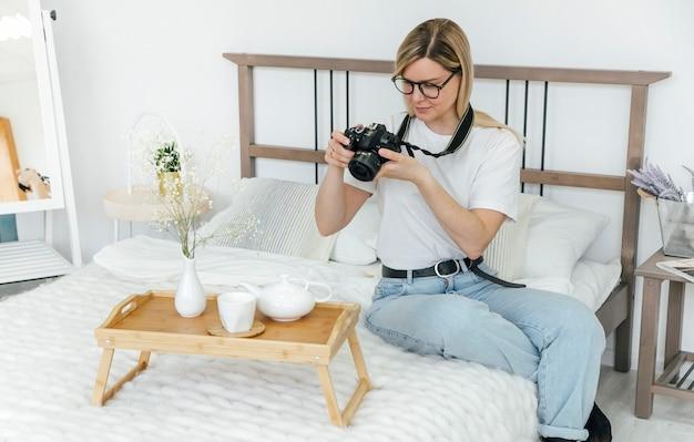 한 소녀가 카메라로 사진을 찍는다